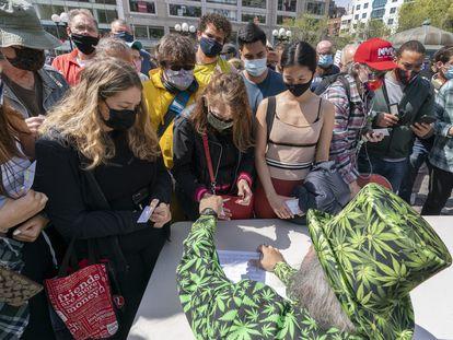 Um ativista do Joints for Jabs distribui cigarros de maconha aos vacinados em Nova York, em 20 de abril.