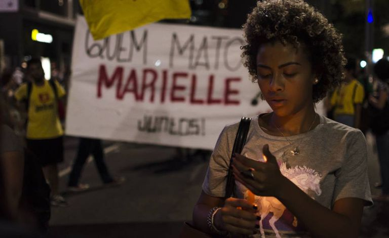 Manifestante durante marcha de protesto contra o assassinato de Marielle Franco, em 2018.