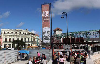 Várias pessoas no Centro de Havana, nesta segunda-feira.