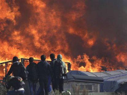 Pessoas observam as chamas nesta quarta-feira em Calais.