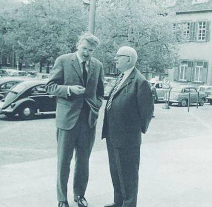 Jürgen Habermas e Theodor W. Adorno no congresso de sociologia de Heidelberg, em abril de 1964.
