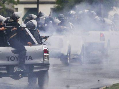 Policiais antidistúrbios disparam contra estudantes universitários em Manágua.