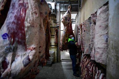 Trabalhador em um açougue no bairro Liniers, Buenos Aires, nesta terça-feira.