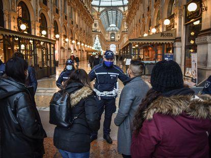 Agentes da Polícia local de Milão regulam a entrada na galeria Vittorio Emanuele.