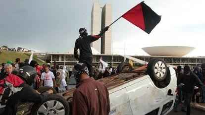 Manifestantes em protesto em frente ao Congresso.