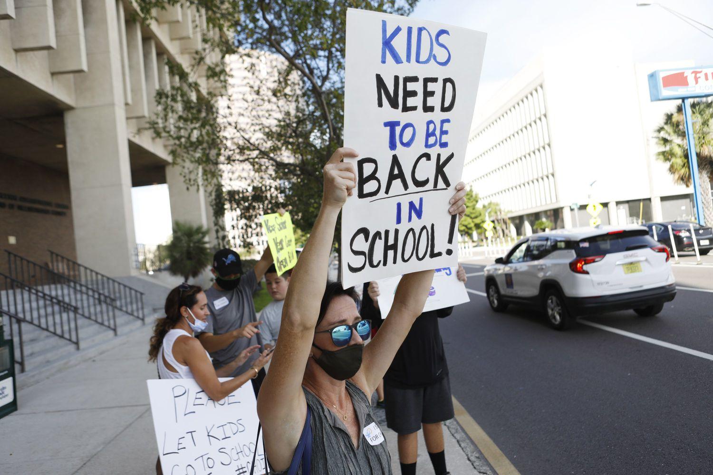 Manifestante pede a volta das aulas em Tampa, na Flórida.