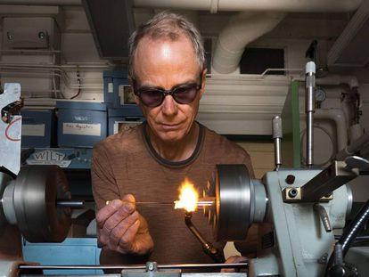 Técnico prepara equipamento para o laboratório JILA, da Universidade do Colorado.