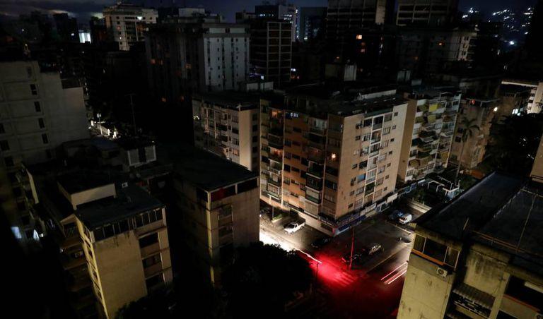Bairro residencial sem eletricidade em Caracas.