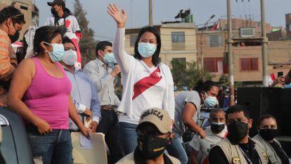 A candidata conservadora Keiko Fujimori em uma reunião com motoristas em Lima.