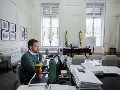 O governador do RS, Eduardo Leite (PSDB), em seu gabinete em Porto Alegre, durante um evento virtual em 30 de junho.
