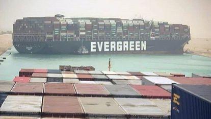 O navio 'Ever Given', encalhado no canal de Suez.