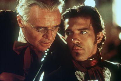 """Anthony Hopkins e Antonio Bandeiras em 'A máscara do Zorro' (1998). Hopkins se referia ironicamente a papéis desse tipo como sendo os que """"dispensam interpretação""""."""