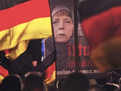 Cartaz com a imagem manipulada de Merkel em uma manifestação do partido Alternativa pela Alemanha, em novembro de 2015.