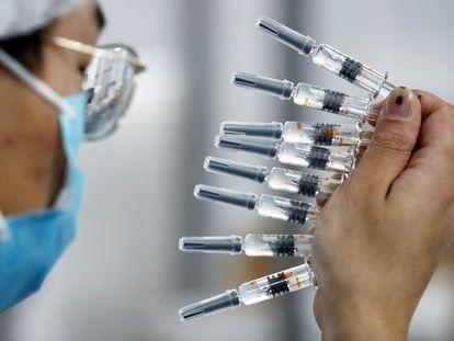 Um profissional verifica a qualidade das instalações de embalagem da fabricante chinesa de vacinas Sinovac Biotech.