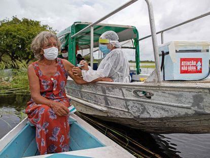 Olga D'arc Pimentel, 72, recebe vacina contra a covid-19 no município de Nossa Senhora Livramento, próximo a Manaus.