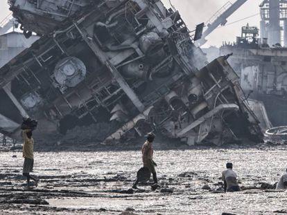 Tanques de combustible de los buques que se desguazan en las playas de Chittagong.
