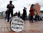 -FOTODELDIA- AME2596. BOGOTÁ (COLOMBIA), 26/04/2021.- Detalle de un plato durante una protesta del gremio Asobares, hoy en Bogotá (Colombia). El gremio de restaurantes y bares realizaron un acto simbólico llamado Los Platos Rotos, reclamando ayudas y alternativas para poder abrir sus negocios fuertemente afectados por las restricciones impuestas por las autoridades que los tiene al borde de la quiebra. EFE/ Mauricio Dueñas Castañeda