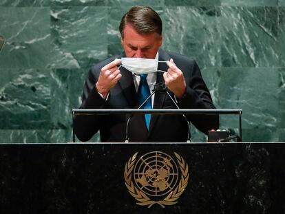 O presidente Jair Bolsonaro coloca máscara após discursar na 76ª Assembleia Geral da ONU, nesta terça. No vídeo, a transmissão oficial ao vivo do evento, em inglês.