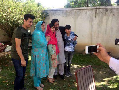 Malala Yousafzai (centro) com sua família em sua antiga casa da cidade paquistanesa de Mingora neste sábado.