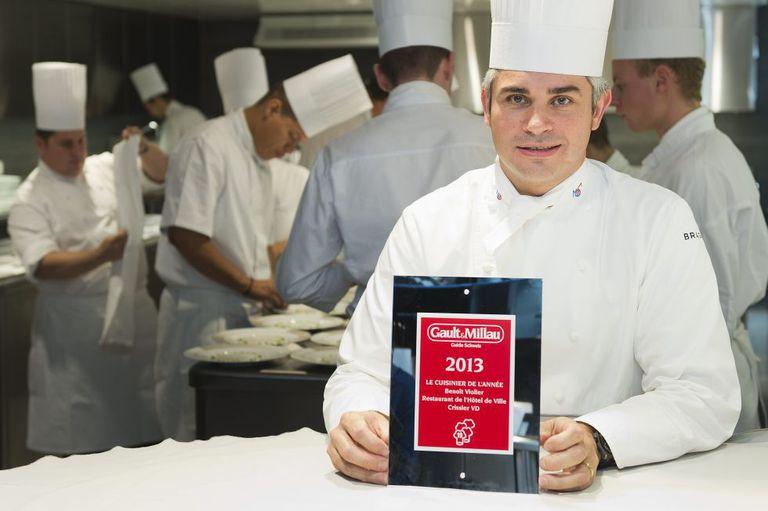 O chef Benoît Violier posa com o certificado de melhor restaurante do guia Gault Millau de 2013.