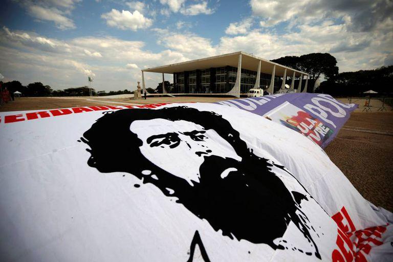 Cartazes pedindo a saída de Lula da prisão são colocados em frente ao STF.