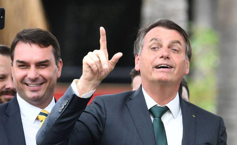 O presidente Jair Bolsonaro ao lado do filho, o senador Flávio Bolsonaro, em lançamento de seu partido, Aliança Pelo Brasil.