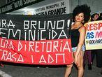 Mulheres protestam contra goleiro Bruno no Mato Grosso.