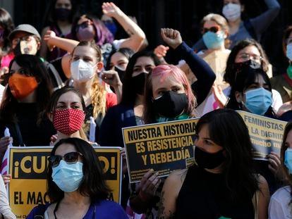 Um grupo de mulheres se manifesta, em 18 de outubro, no primeiro aniversário do início dos protestos chilenos, em Santiago.