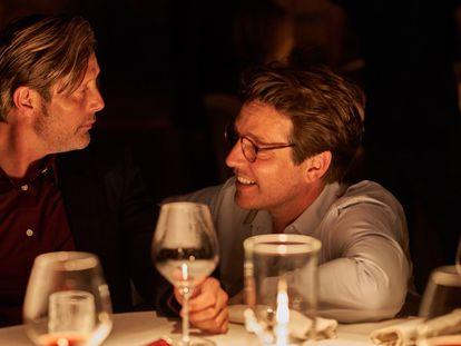 Mads Mikkelsen e Thomas Vinterberg, na filmagem de 'Druk — mais uma rodada'.