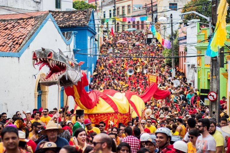 O dragão do 'Eu Acho é Pouco' em desfile no dia 1 de fevereiro de 2020 em Olinda.