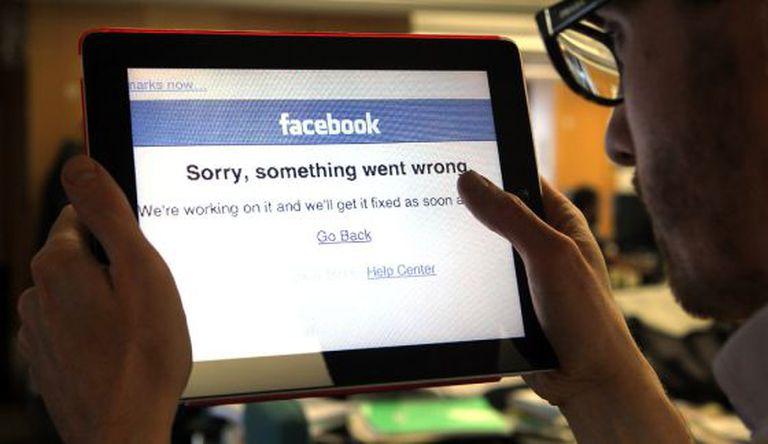 Un usuario intenta acceder a su cuenta de Facebook.