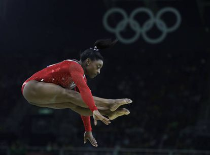 Simone Biles na final da ginástica sobre aparelhos no Rio.