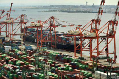 Vista do terminal de contêineres do porto de Tóquio.