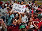 ACOMPAÑA SERIE ESPECIAL: PERÚ ELECCIONES***AME7827. LIMA (PERÚ), 07/04/2021.- Fotografía de archivo fechada el 31 de enero de 2021 que muestra a cientos de personas que participan en una manifestación en contra de la cuarentena, en Lima (Perú). Perú afrontará el domingo 11 unas elecciones generales sumergido en una gravísima crisis social, política y moral que arrastra desde 2016 y que no parece hallar una salida en unos comicios que no auguran ni un resultado categórico, ni una presidencia sólida, ni un Parlamento estable. EFE/Paolo Aguilar / ARCHIVO
