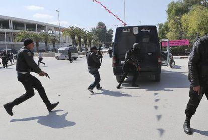 Membros da Força de Segurança cercam a região do Parlamento.