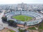AME3251. MONTEVIDEO (URUGUAY), 18/07/2020.- Fotografía aérea cedida por la Agencia FocoUy de la cancha del estadio Centenario, en su 90 aniversario, este sábado, en Montevideo (Uruguay). Uruguay celebró este sábado el 90 aniversario del mítico estadio Centenario, el Monumento al Fútbol Mundial donde se jugó la primera final del mundo en 1930 pero que hoy, ante la falta de partidos y mantenimiento, necesita renovarse. EFE/ Gastón Britos/ Cortesía Agencia FocoUy/SOLO USO EDITORIAL/NO VENTAS