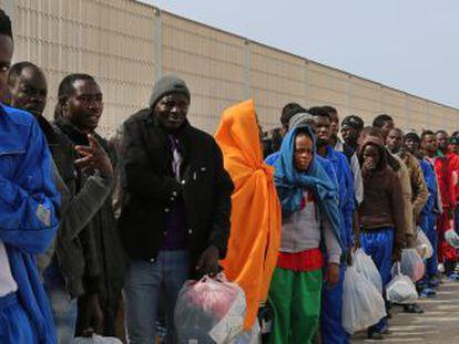 Grupo de imigrantes na sexta-feira em Lampedusa.