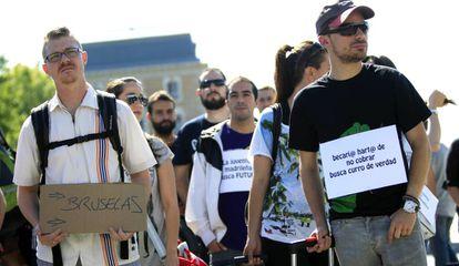 """Um grupo de jovens se manifesta sob o slogan """"A juventude madrilenha busca um futuro. Juventude condenada ao exílio"""""""