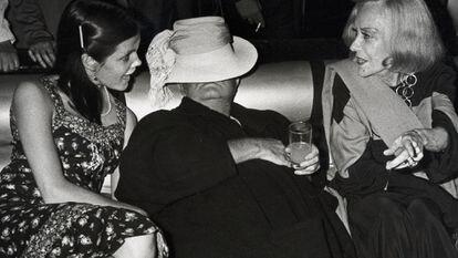 Foto tirada no Studio 54 mostra Truman Capote rodeado por Gloria Swanson (à dir.) e Kate Harrington, filha de um amante dele que era protegida do escritor. / GETTY / EL PAÍS