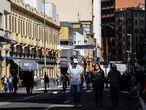 """AME3585. SAO PAULO (BRASIL), 01/06/2020.- Personas con tapabocas caminan frente a tiendas cerradas por la situación del coronavirus, este lunes, en la ciudad de Sao Paulo (Brasil). Varias ciudades de los estados brasileños de Sao Paulo, Ceará, Amazonas y Pará, cuatro de los más azotados por la crisis de coronavirus, iniciaron este lunes la reapertura gradual de sus economías, pese a la todavía creciente expansión de la enfermedad. Sao Paulo, la región más industrializada y rica del país, comenzó hoy una desescalada por fases aún no materializada en la capital homónima y su zona metropolitana, que concentran prácticamente la mitad de sus 46 millones de habitantes. En número absolutos, Sao Paulo, donde rige una cuarentena """"blanda"""" desde finales de marzo, es el estado de Brasil más afectado por la pandemia, con 7.615 muertes y 109.698 casos confirmados de COVID-19, según el último boletín del Ministerio de Salud. EFE/ Sebastião Moreira"""