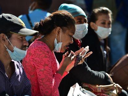 Mulher passa batom em Tegucigalpa (Honduras), em tempos de pandemia do coronavírus.