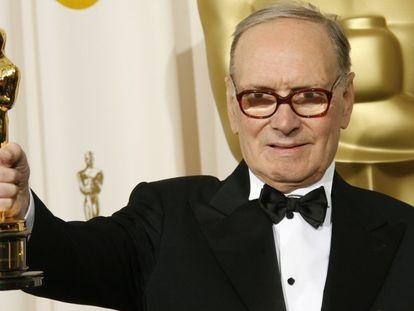 Ennio Morricone posando com o Oscar de melhor trilha sonora por 'Os Oito Odiados'.