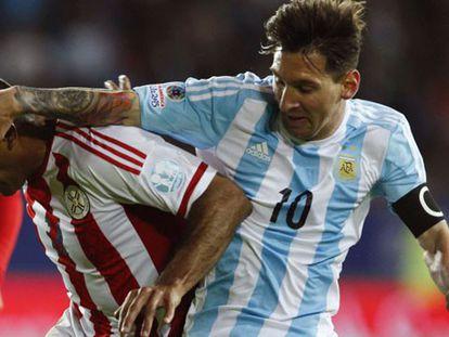 Messi disputa espaço com Paulo Da Silva./ MARIANA BAZO (REUTERS)