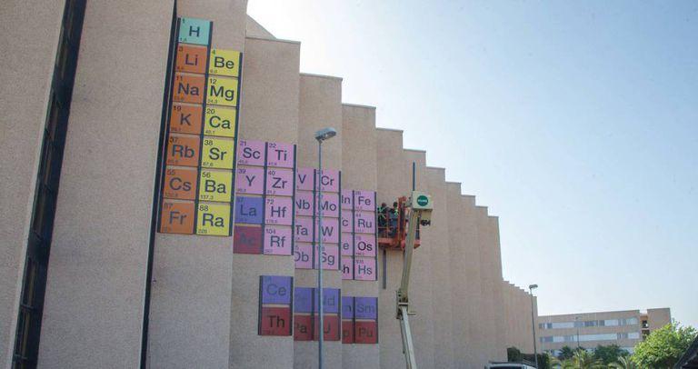 Instalação de uma tabela periódica na Faculdade de Química da Universidade de Múrcia.