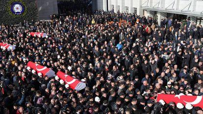 Funeral em Istambul de alguns dos agentes de polícia mortos no atentado de sábado.