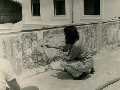 Lina Bo Bardi restaura azulejos no Solar do Unhão, em Salvador.