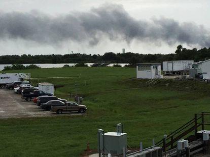 A explosão de um foguete deixou um rastro de fumaça na Florida.