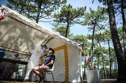 Testes de coronavírus na praia de Teste-de-Buch, no sudoeste da França, na sexta-feira.