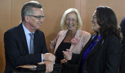 Da esquerda para a direita, o ministro do Interior, de Educação e de Emprego.