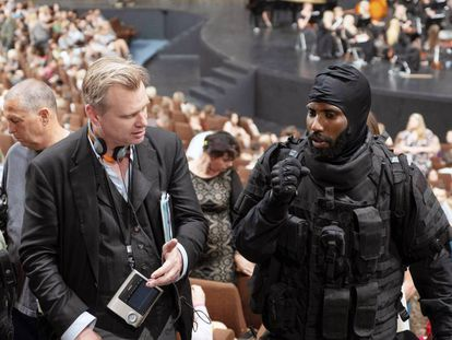 Christopher Nolan com o ator John David Washington na filmagem de 'Tenet'. Em vídeo, trailer do filme